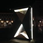 Veduta notturna della clessidra in Piazza San Carlo a Torino